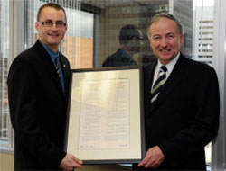 Steve Sullivan, presenting the Honourable Rob Nicholson, Minister of Justice and Attorney General of Canada, with a framed copy of the Canadian Statement of Basic Principles of Justice for Victims of Crime